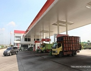 Suasana di rest area Km 102 Tol Cikopo Palimanan (Cipali), Sabtu (10/6/2017). Rest area tersebut memiliki luas 7 hektar dapat menampung menampung 900 bus dan mobil pribadi dan dilengkapi dengan tenan tenan makanan, toilet baru dan lokasi peribadatan serta stasiun pengisian bahan bakar. TRIBUNNEWS/HERUDIN
