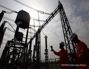 Petugas PLN Area Pelaksana Pemeliharaan (APP) Duri Kosambi sedang melakukan inspeksi harian dengan peralatan mendeteksi panas Thermography pada semua peralatan di Gas Insulated System (GIS) Alam Sutera, Tangerang Selatan, Rabu (26/7). GIS dengan tegangan 150.000 Volt ini memiliki empat trafo tenaga 150/20 kilo Volt (kV) untuk memasok kebutuhan listrik kawasan Alam Sutera dan Tangerang./pho KONTAN/Carolus Agus Waluyo/27/07/2017.