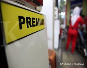 Petugas SPBU mengisi bbm subsidi di SPBU Jakarta, Minggu (2/4). Pemerintah memutuskan harga Bahan bakar minyak (BBM) golongan subsidi dan penugasan tidak nerubah selama tiga bulan ke depan atau periode 1 April hingga 30 Juni 2017./pho KONTAN/Carolus AGus Waluyo/02/04/2017.