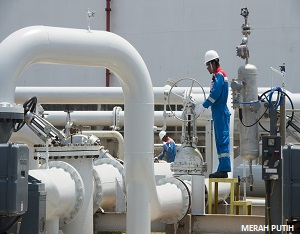 Pekerja mengawasi pengoperasian mesin di Kilang Minyak PT Trans Pacific Petrochemical Indotama (TPPI) di Tuban, Jawa Timur, Rabu (11/10). (Foto Antara/Widodo S. Jusuf)