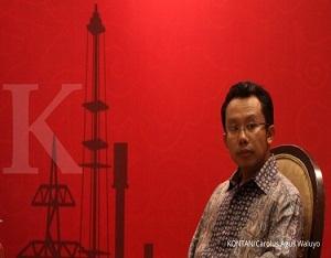 Direktur Eksekutif ReforMiner Institute Komaidi Notonegoro mendengarkan peserta diskusi Indonesia Petroleum Associationn (IPA) di Jakarta, Senin (12/6). Dalam diskusi diungkakan tentang perencanaan energi Indonesia terkait implementasi eksplorasi dan pemulihan status gas dan minyak ./pho KONTAN/carolus Agus Waluyo/12/06/2017.