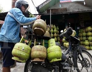 Penjual gas elpiji 3 kg bersiap mengantar pesanan ke konsumen di Jakarta, Selasa (4/3). Pertamina menyatakan tidak ada kenaikan harga gas elpiji 3 kg dan menjamin stok gas melon masih melimpah./pho KONTAN/Carolus Agus Waluyo/04/03/2015